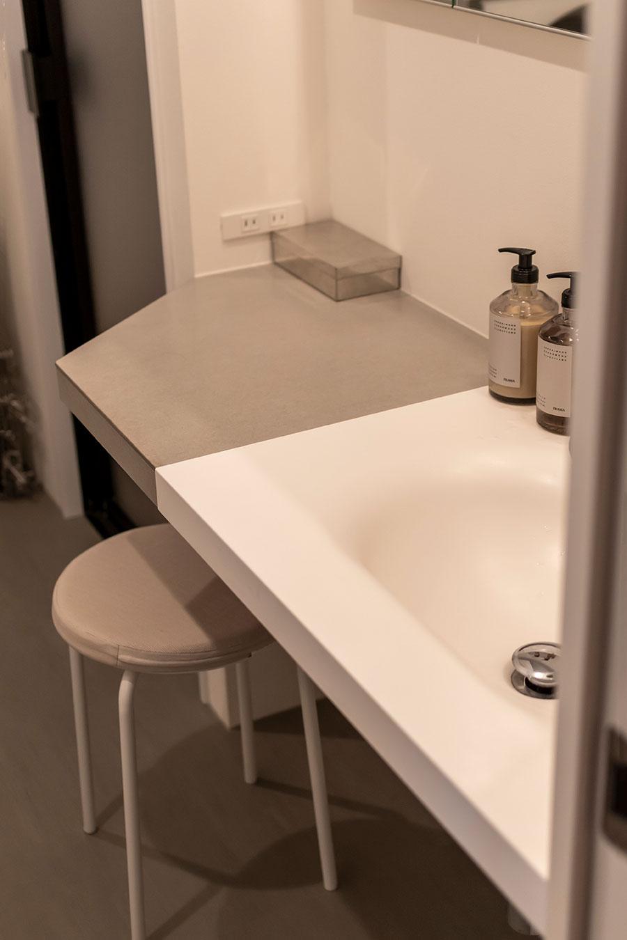 「サンワカンパニー」の洗面ボウルとフレキシブルボードを一体化させた洗面台。