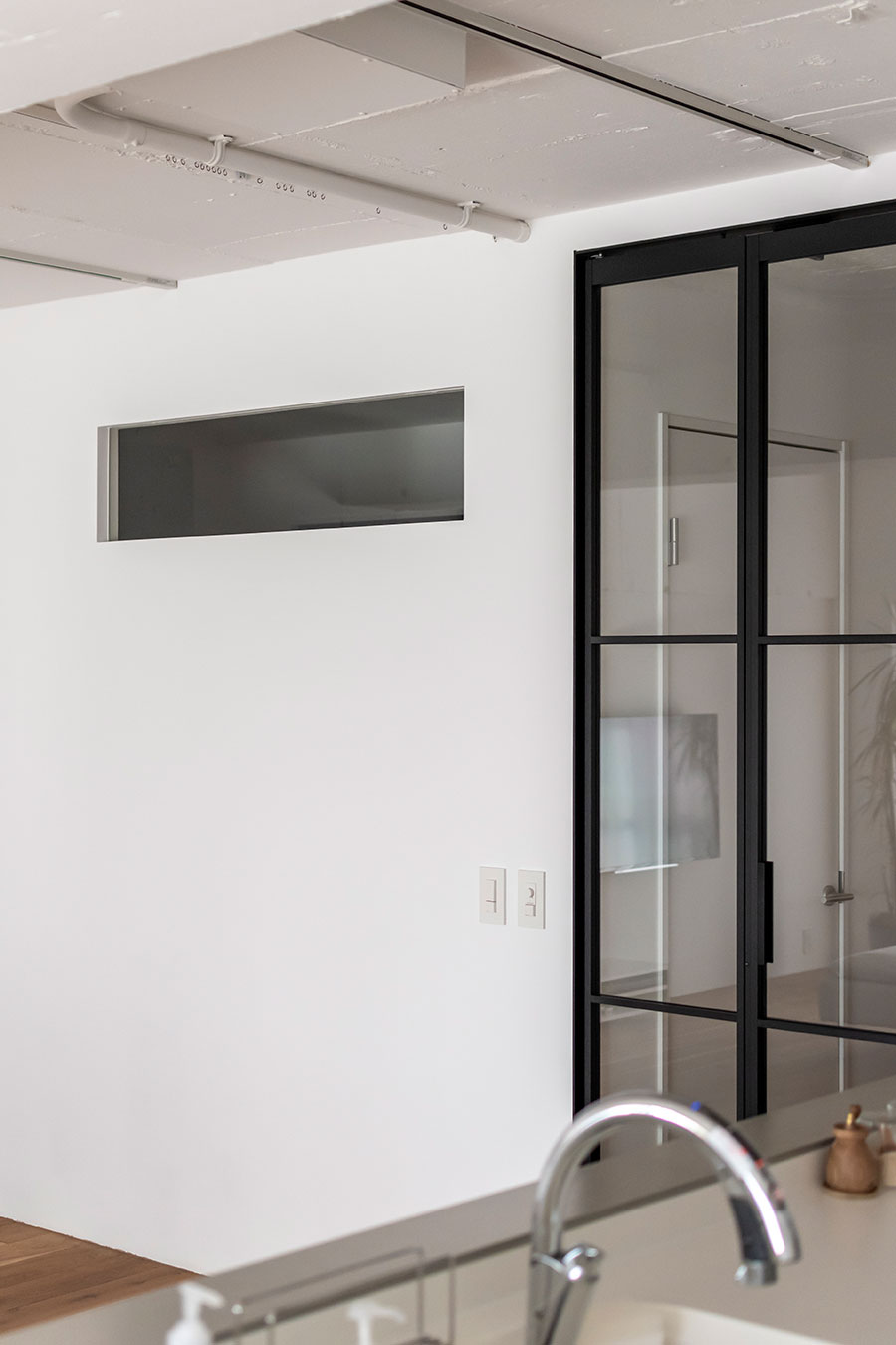 リビングからの日光を洗面所にも届けるための小窓を設置。