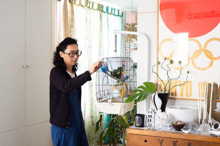 休日、家での時間を楽しむ山口智春さん。前回の東京オリンピックのポスターが印象的。