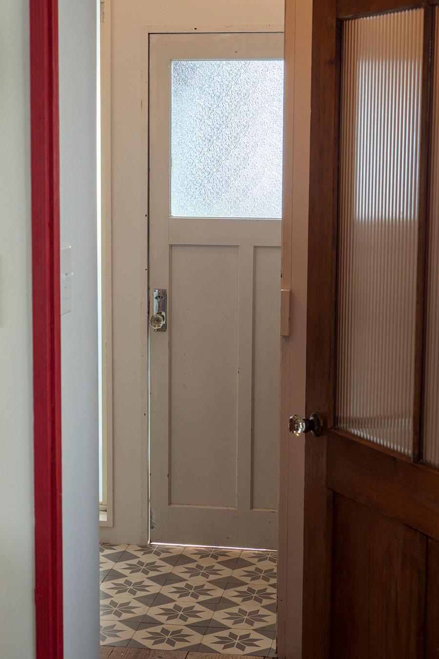 洗面所の床にはフランスのセメントタイルを貼った。