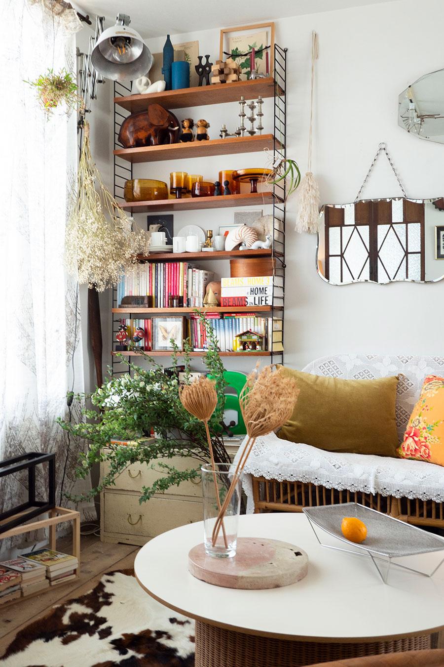 スウェーデンの建築家が考案した壁掛け収納システムstring shelfに、思い入れのある雑貨や本をディスプレイ。
