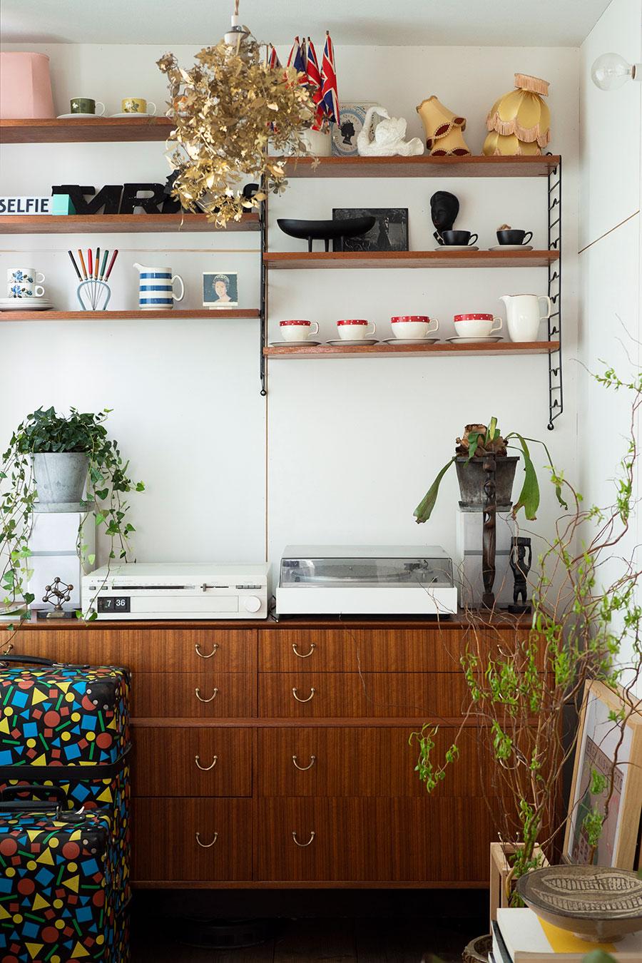 オランダのガーランドランプが印象的。妻のコレクションである50〜70年代のイギリスのヴィンテージの器を並べて。
