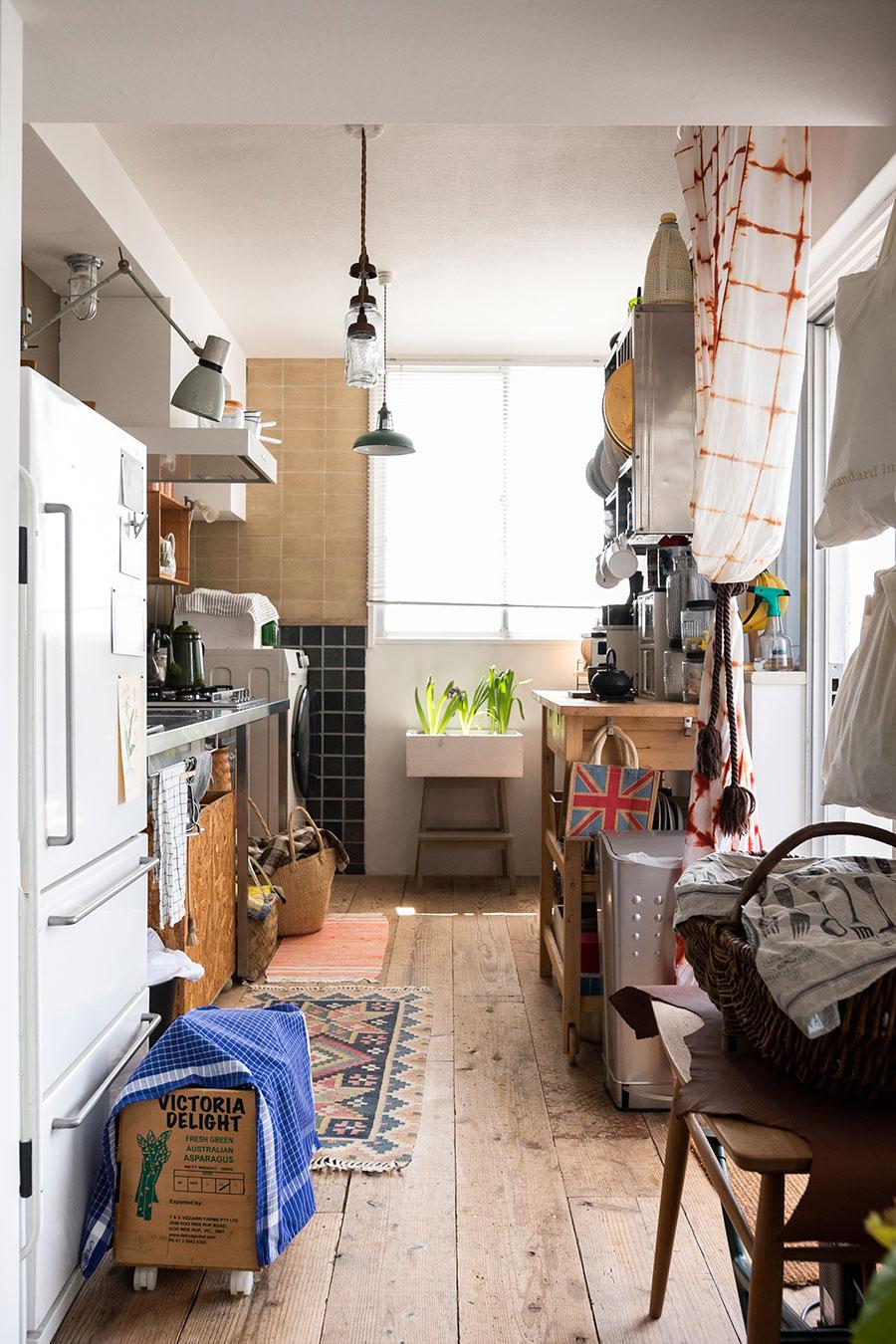 フレームのキッチン台やオープンな収納など、無造作な雰囲気にセンスが溢れるキッチン。リノベ前からあったベージュのタイルは、工事中に足を運んだからこそ残せたもの。