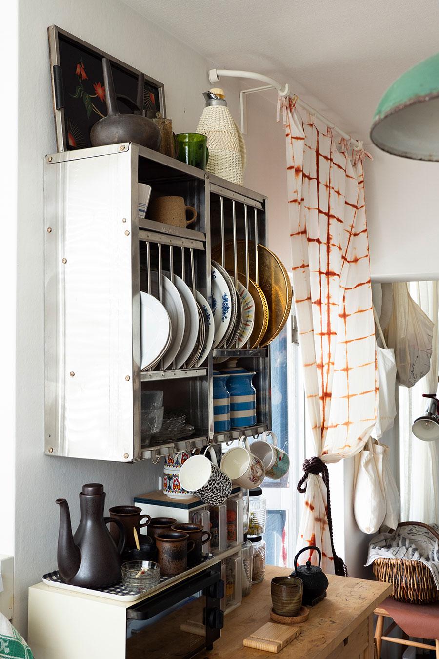 インドで使われているアルミ製のキッチンラックを使用。Tsé&Tsé associéesのインディアンキッチンラックのオリジナル。