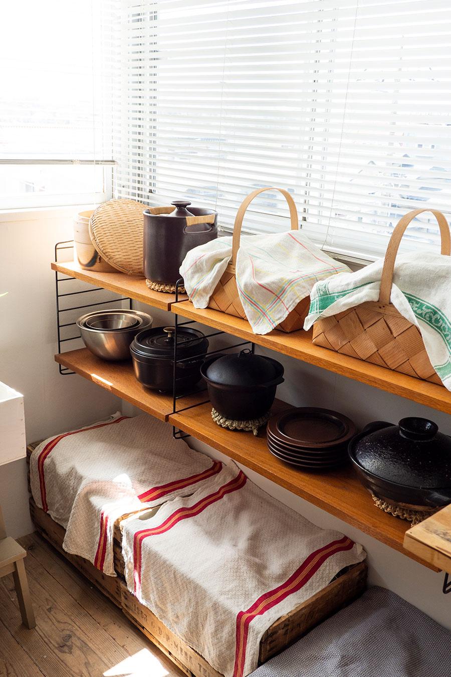 見晴らしのいいキッチンでは、土鍋でご飯を炊いたり、STAUBで煮込み料理を作ったり。