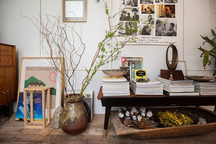 ハンガリーの古い木の桶や、常滑焼の壷などを使ってアレンジした、センス抜群のディスプレイコーナー。壁面にはあえて下地が5mmほど見えるようにベニヤ板を貼り、グリッドを見せている。
