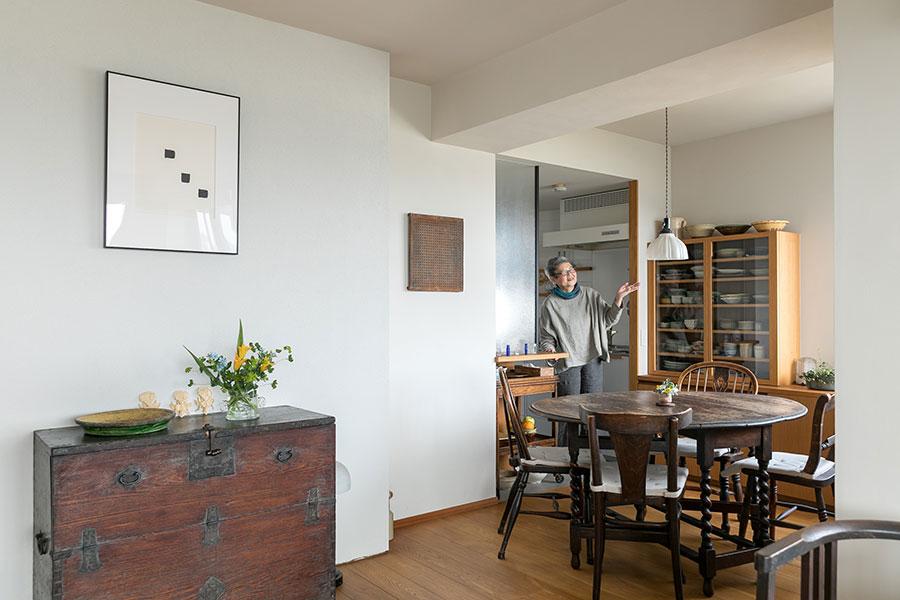 作り付けの食器棚にはお気に入りの器が並ぶ。李朝の箪笥の上の壁に飾った李禹煥の作品。「ここにかける絵は季節ごとに変えています」。