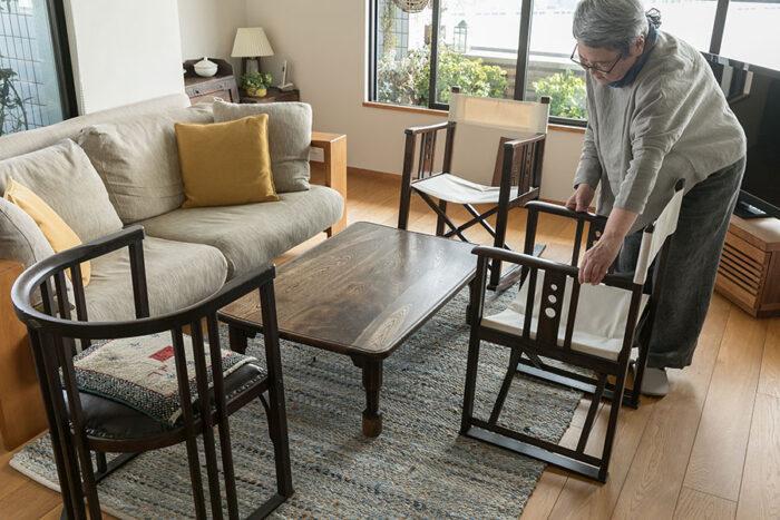 「お客様がいらっしゃったら、まずここでウェルカムドリンクを飲みながらくつろいでいただきます」。京都の骨董市で出会った座卓は、脚に八角形のパーツを足してもらいローテーブルとして使いやすい高さにした。