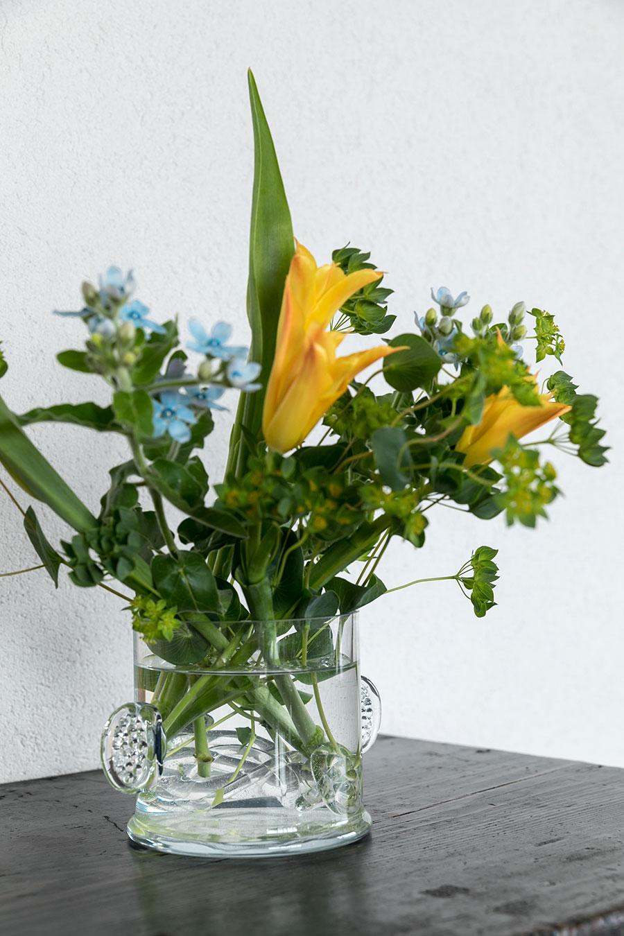 お客様を迎える日は必ずお花も準備する。ガラスの花瓶は北欧のヴィンテージ。器の中に入れたガラスの花留めは神戸の『モリス』で購入。