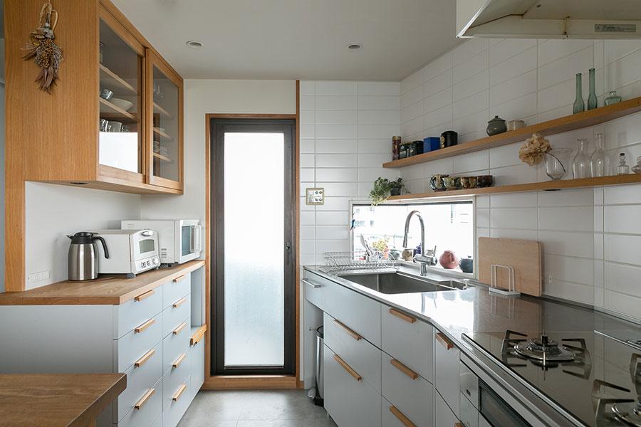 キッチンの形に合わせて作ったオリジナルキッチンは、色や素材、デザインを吟味し、掃除もしやすく機能的。「食洗機は入れませんでした。食洗機に入れられない器が多いですし、大好きな器を手で洗っている時間が好きなんです」