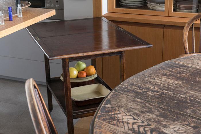イギリスのアンティークのゲームテーブルは、ダイニングテーブルと同じ高さで、料理を運ぶ際に大活躍。「ゲームテーブルをしまう場所を予め考えてキッチンを設計してくださいました」