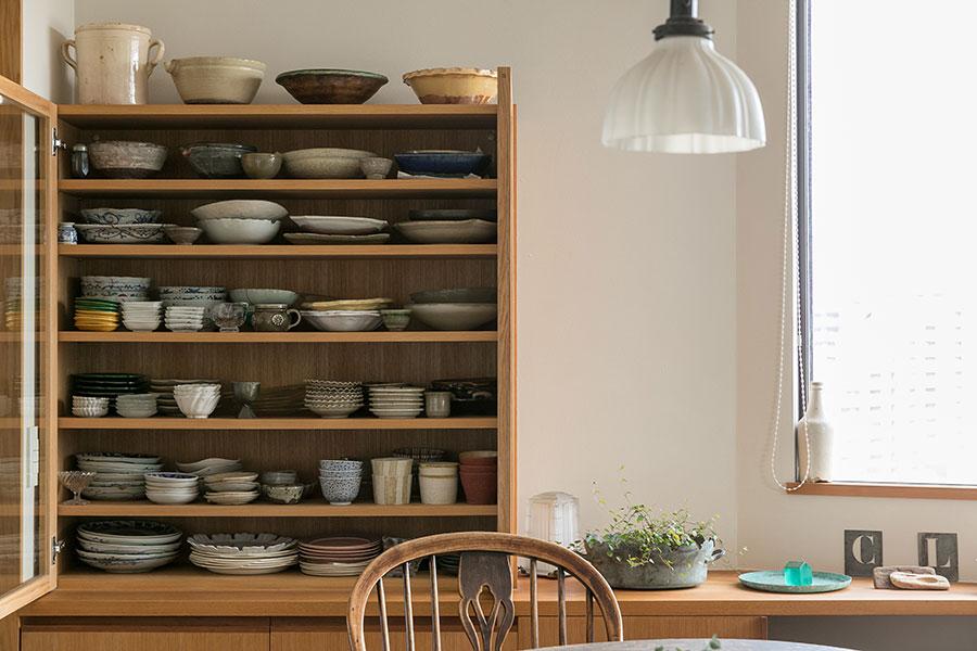 大好きな器を眺められるガラス扉の食器棚を製作。「奥行きが浅いので食器の出し入れがラクです」