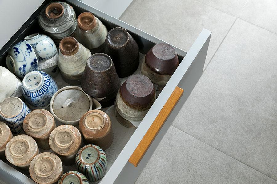 キッチンの引き出しにも器がたっぷりと収納されている。