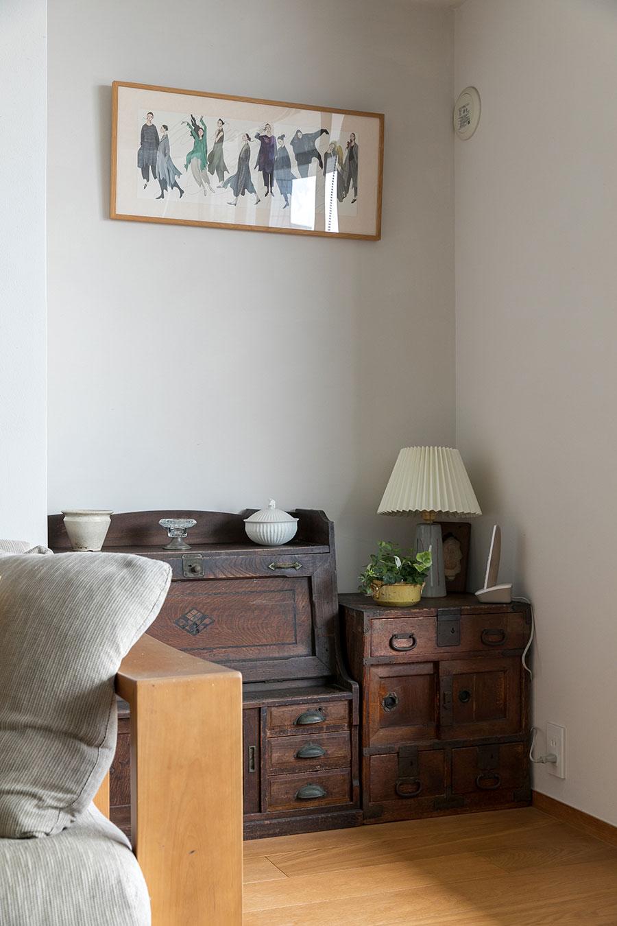 毎シーズン届けられる『ヨーガンレール』の案内状を飾って季節を感じられるコーナーに。右の箪笥は、上京する際に実家から持ってきたもの。「娘時代から使ってきた思い出深い箪笥です」