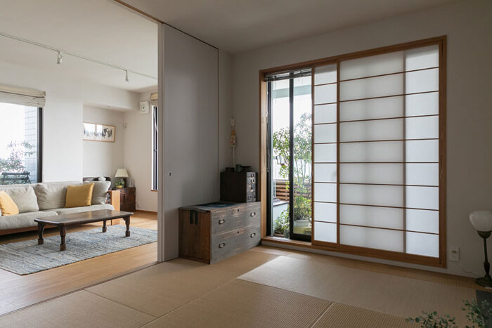 琉球畳を敷いた和室とリビングの間は引き戸で閉めることができる。