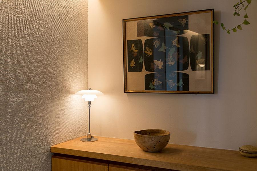 壁は場所によって仕上げ方法を変え、テクスチャーの違いを楽しむ。壁の文箱の展開図は義父の作品。