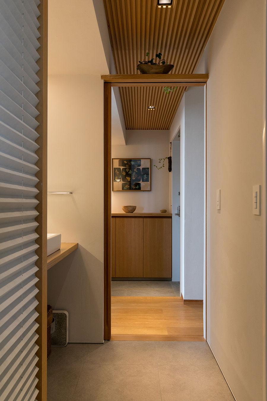 玄関〜洗面室〜キッチンは風通しがよい通り抜け。