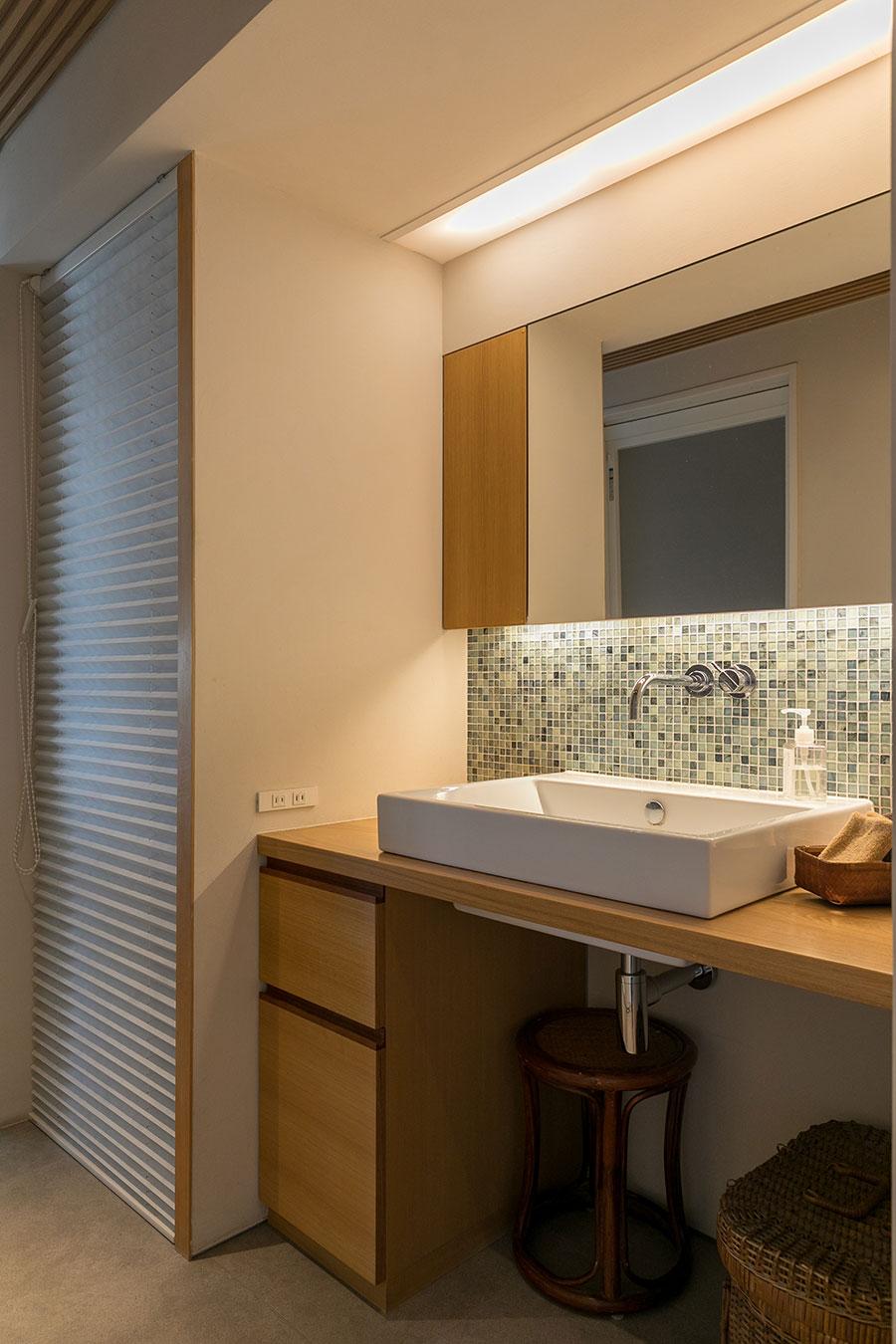 掃除が楽なように壁出しにした水栓。洗面ボウルは大洋金物の『Tform』。