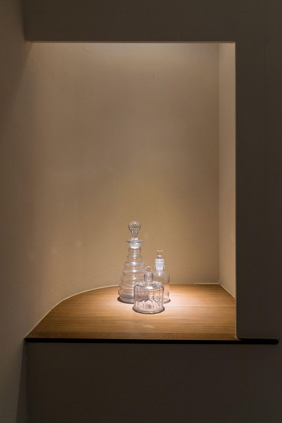 トイレ内の飾り棚は、スポットライトでドラマチックに演出。季節に合わせて飾るものを変える。