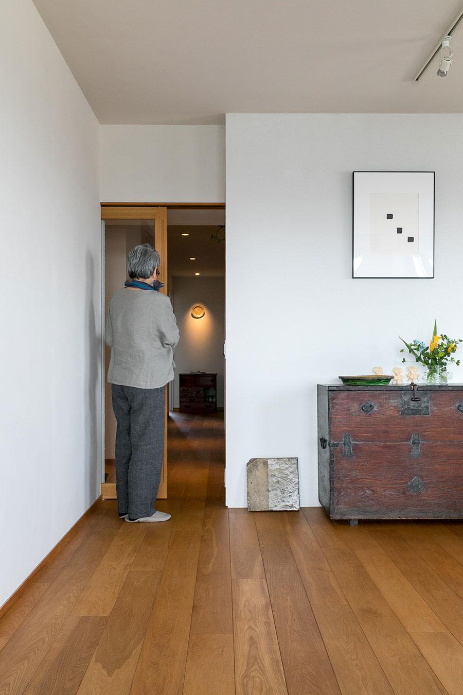 廊下の先の和箪笥のコーナーが見えるように、ガラスの引き戸に。床はオーク材。