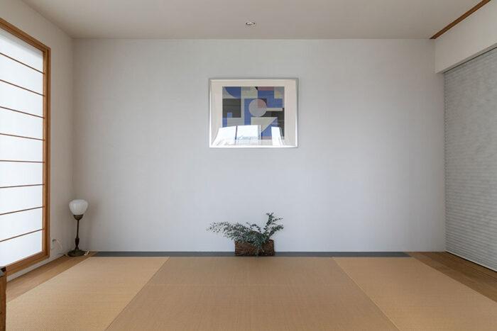 和室にかけた絵はグラフィックデザイナーだった義父の作品。「父に守られているような気持ちになります」