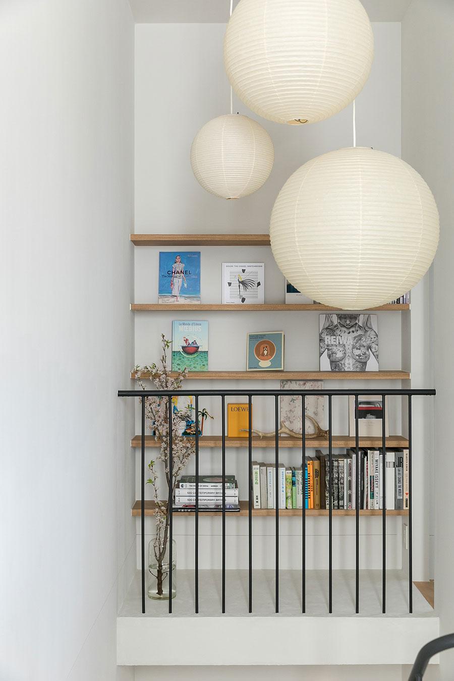イサム・ノグチデザインのペンダントシェード「AKARI(あかり)」が空間にアクセントを与える。