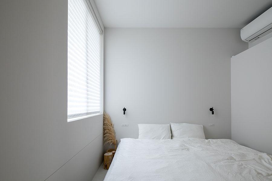 心地よい光が差し込む1階寝室。