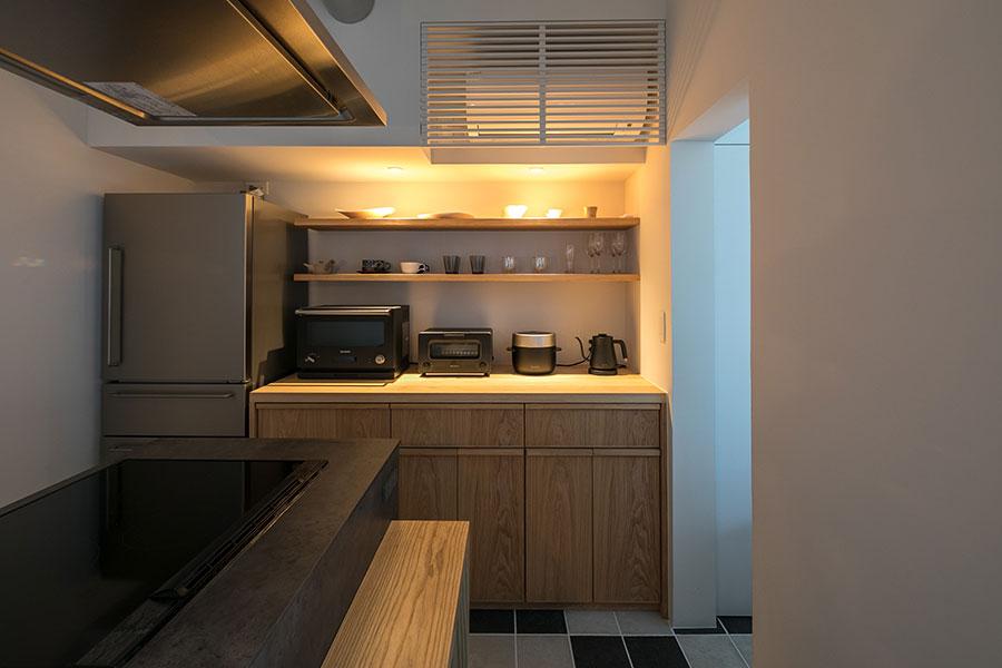 造作の食器棚は野村さんが手配した家具職人によるもの。