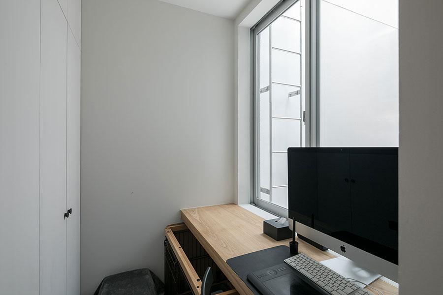 ブランドディレクター/CMディレクターとして制作会社に勤める洋祐さん。キッチンに隣接した空間にワークスペースを設けた。
