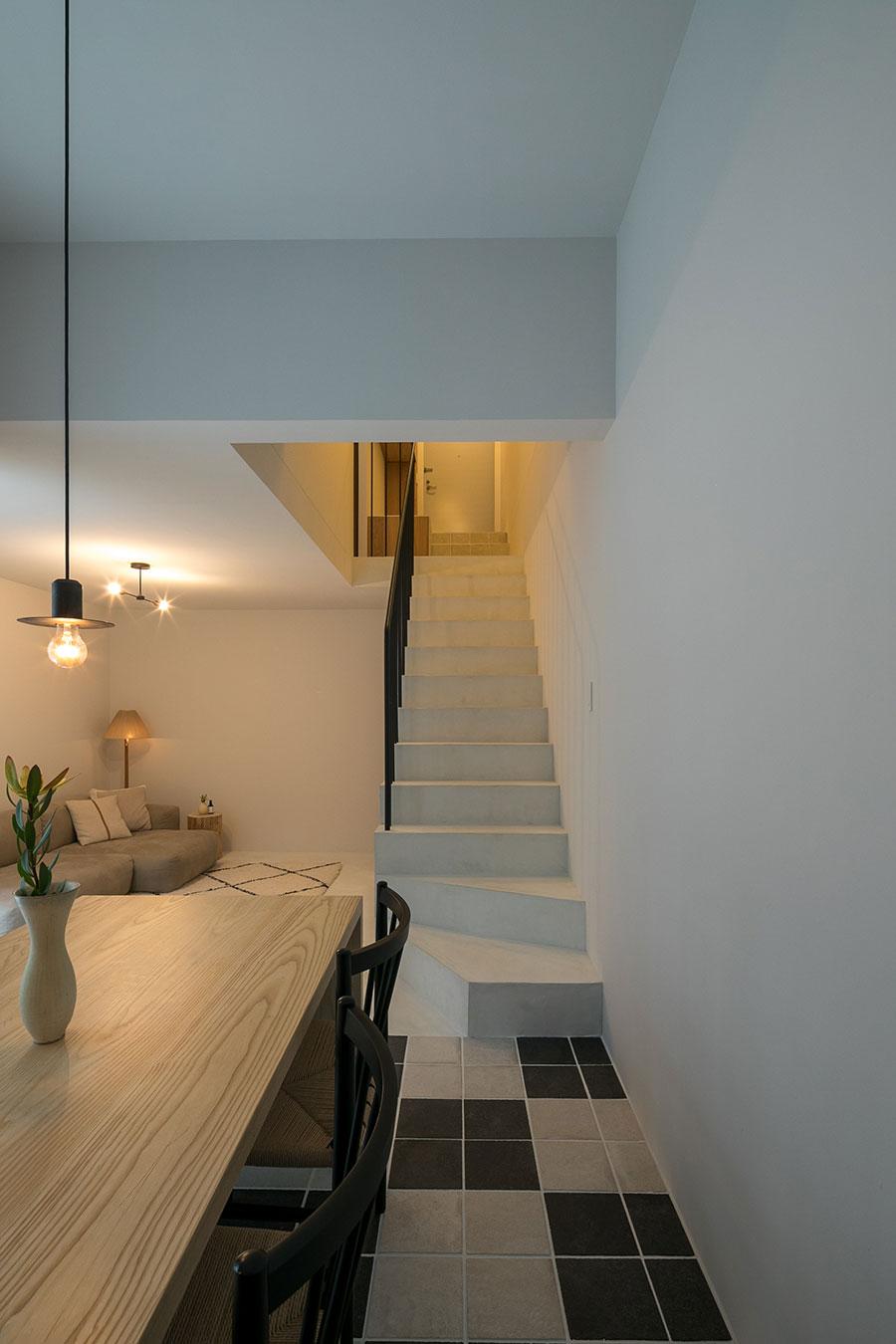 床材には白モルタルとタイルを採用。「階段部分のオンザウォールの壁材と床材の白モルタルの色の継ぎ目が課題だったのですが、職人の技によって、シームレスにつなげることができました」(洋祐さん)。