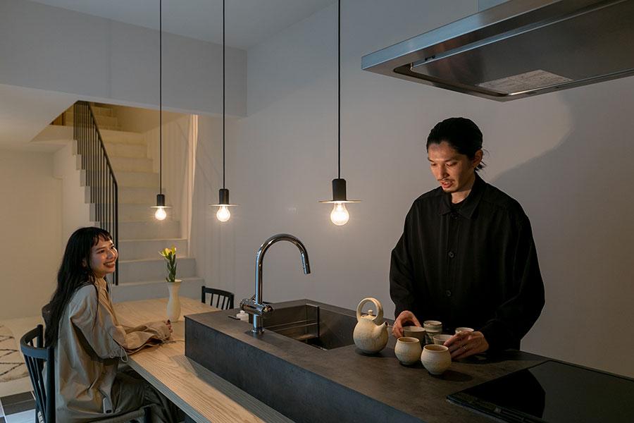 新たな住まいでの生活とともに、料理とお茶をはじめたという洋祐さん。「お茶が趣味になってくれたので、カフェに行く代わりに、ダイニングで過ごすことが増えました」と史歩さんは微笑む。