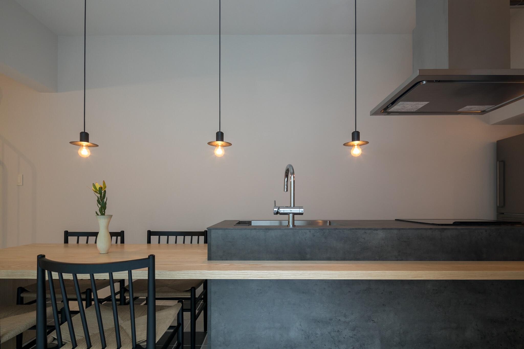 地下1階の開放的なダイニングスペース。「kitchen house」によるアイランドキッチンは洋祐さんのリクエスト。