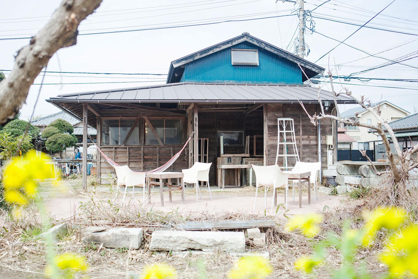納屋だったところを改修した休憩所。広々した敷地は、季節毎の景色で彩られる。