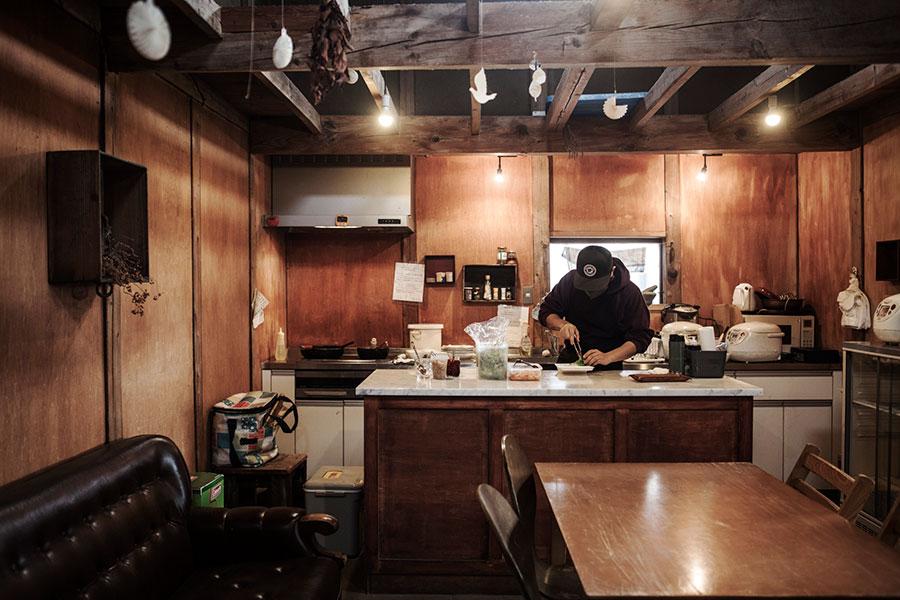 キッチンは自由に使うことができる。大理石の天板のアイランドがあり使いやすい。マーケットのあったこの日は人気のタイ料理「Nomadic Cafe」が出店。