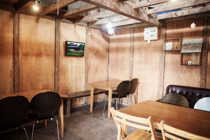 食事をとることができるスペース。壁には柿渋を塗った。