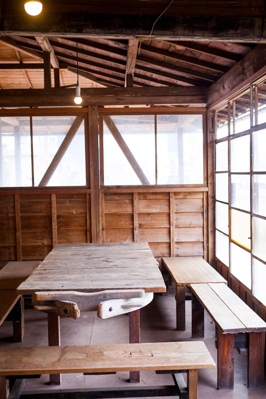 牛の荷車を土台にして作ったテーブル。納屋に眠っていた廃材を活用して様々な家具をDIY。