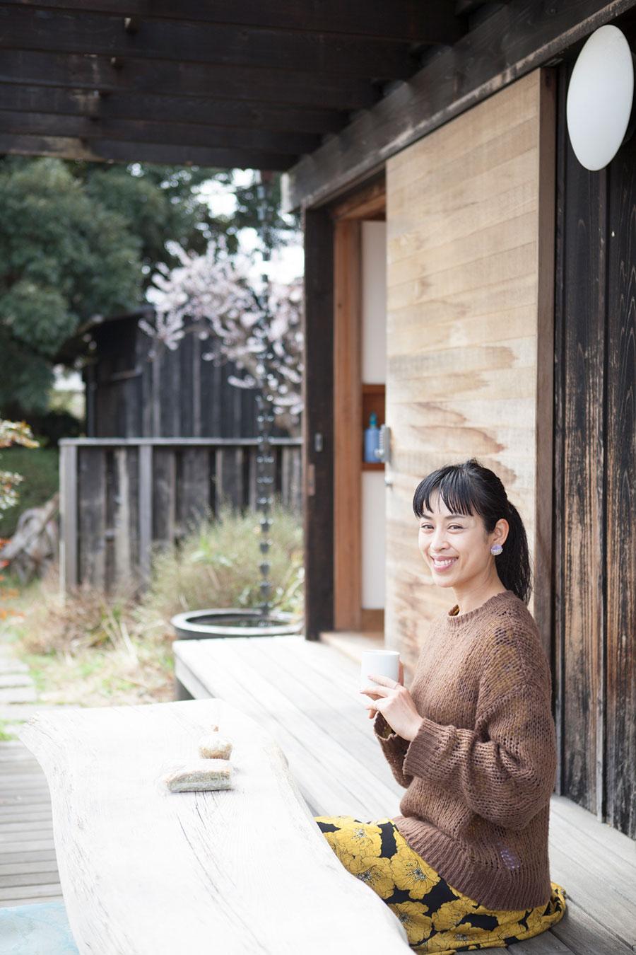 マーケット出店担当の熊澤裕美子さん。母屋の軒先で。