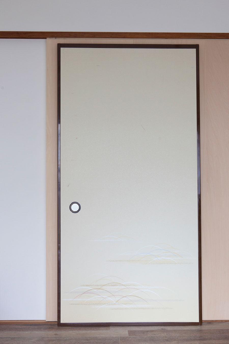 和室で使われていた襖。今回、この襖を洋室に似合うドアにリメイクしていく。