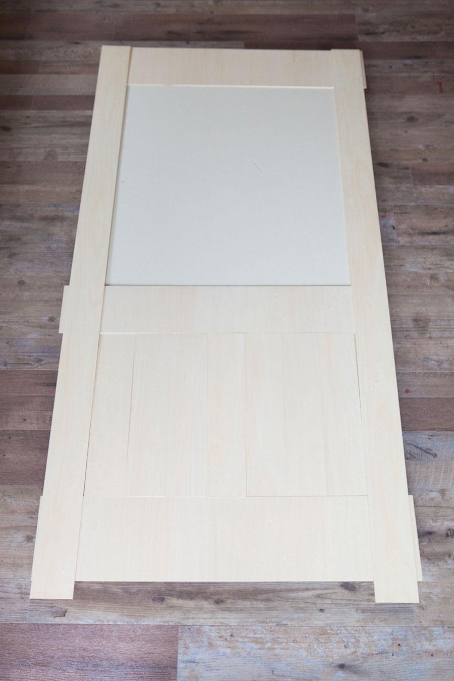 ドアにあしらう木を仮置きしてあたりをつける。取っ手の下部は板が縦に並ぶようデザイン。