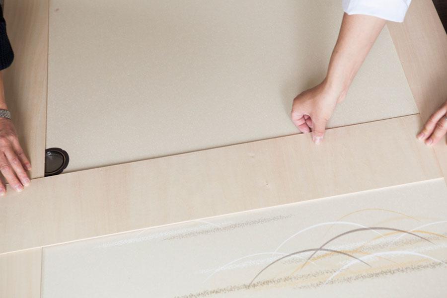 まわりの縦横の板をそれぞれカットしたら、取っ手の下に横向きにあしらう板を。その下は縦に7列並べる。