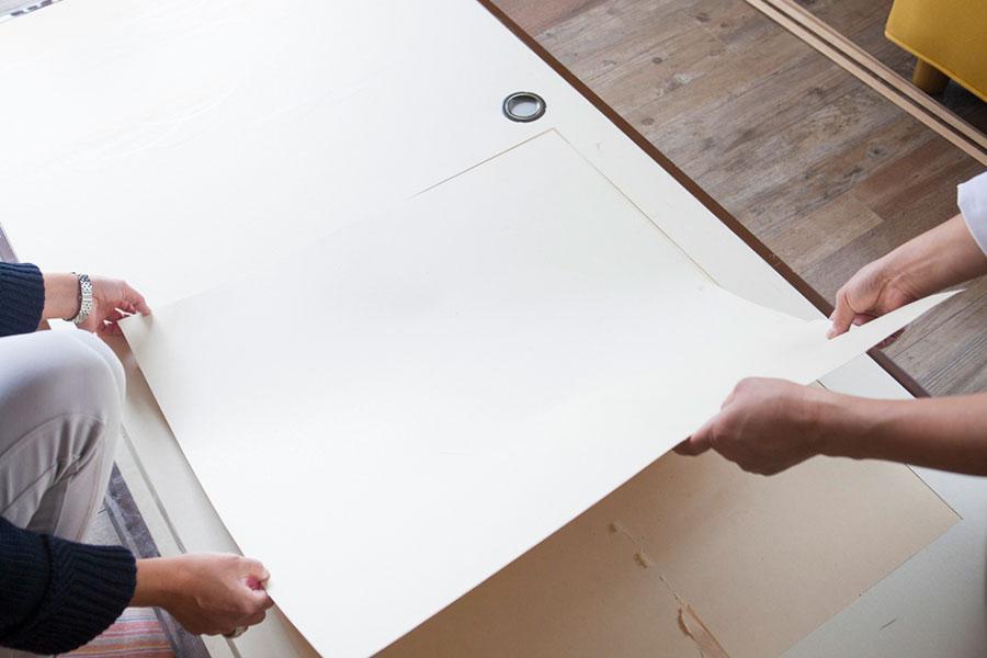 板を当てて印をつけたラインにカッターを入れ、窓にする部分をくり抜く。下にもう1枚現れた紙もはがす。