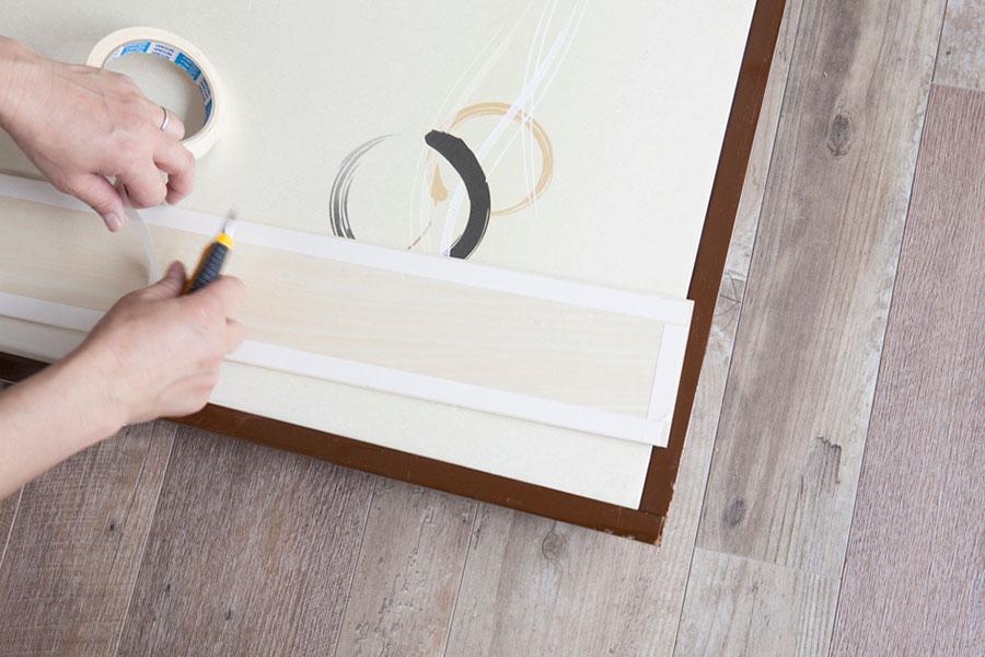 まわりの枠を貼る。両面テープを端に貼り、中央には接着剤を塗る。