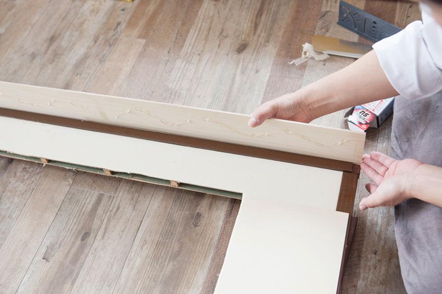 両面テープを剝がし、外側をしっかり合わせて内側に倒して張り合わせる。