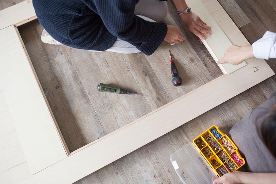 板を1枚置いて高さを出し、その高さに枠にする木を合わせて、 取り付ける位置を確認する。