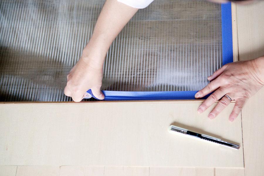 養生をする。マスキングテープを枠の際のところにしっかり合わせて貼る。