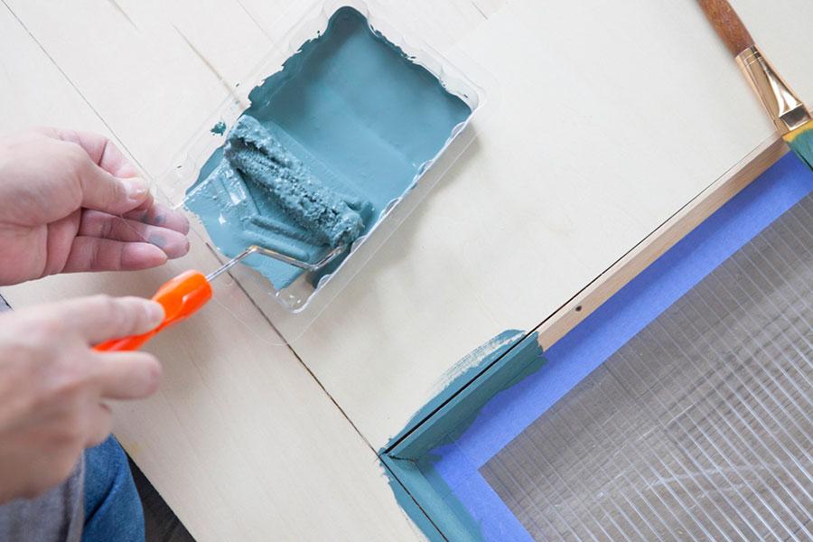 ローラーに塗料を浸み込ませ、容器の斜めのところでコロコロ、を7回ほど行う。そうすることで、何度もこまめに浸け直しせず長いストロークが塗れる。