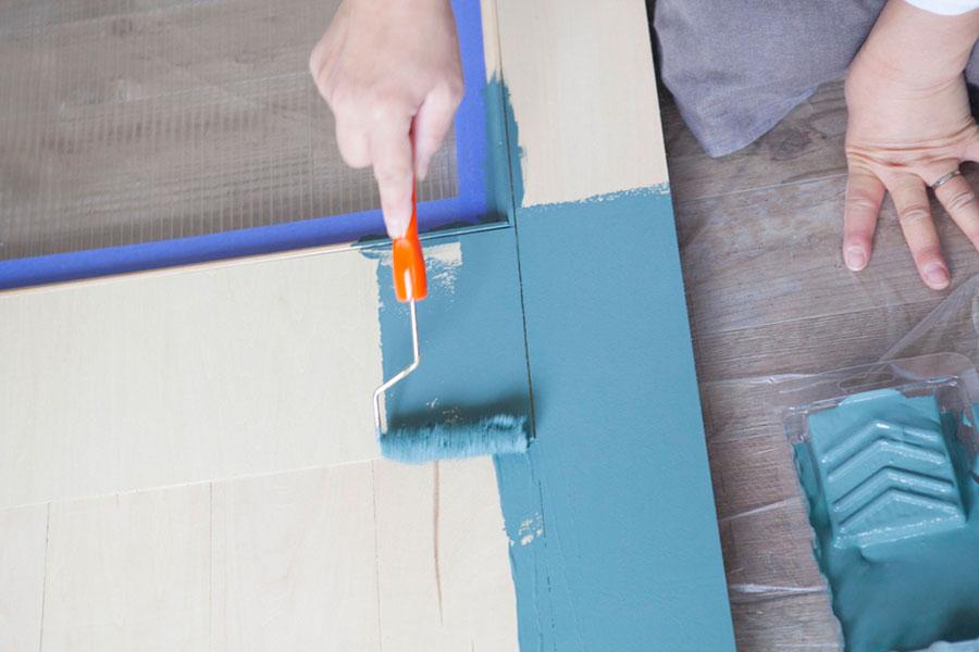 ローラーを転がして塗装する。