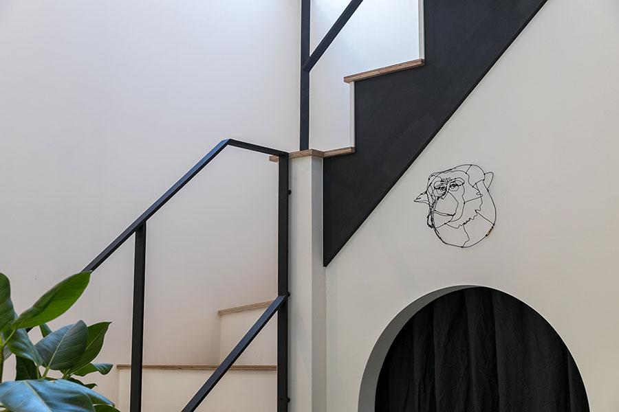 HAyUのワイヤーアート。「パントリーの入口の上に飾るため、特別に猿をリクエストして制作していただきました」