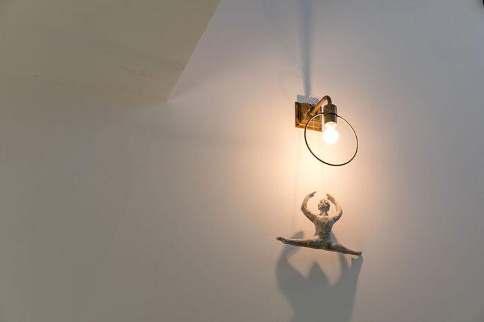 照明器具が好きな小林さんは、ライトの側でアートが表情を添えていることも多い。