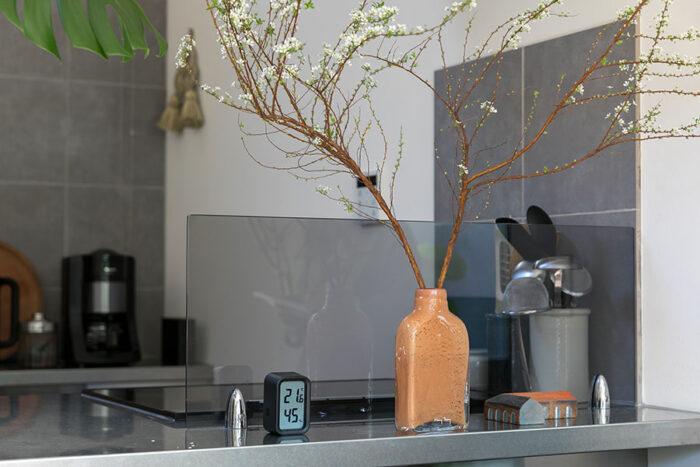 『Henry Dean』のボトル型の花器に大胆に枝ものを活ける
